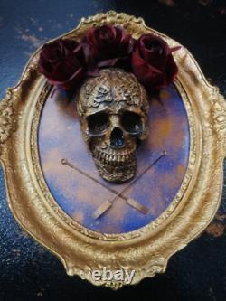 Crâne Encadré Et Roses Dans Le Décor Gothique De Maison De Cru (cadre 1964.)